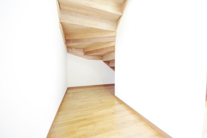 収納 1階洋室3.87帖 階段下は収納スペースになっているので食料品などのストックもたくさんできて安心ですね!
