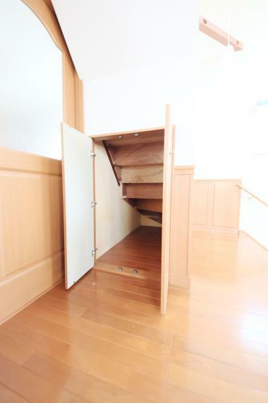 収納 2階洋室7.75帖 3階への階段下も無駄なく、活用されています!