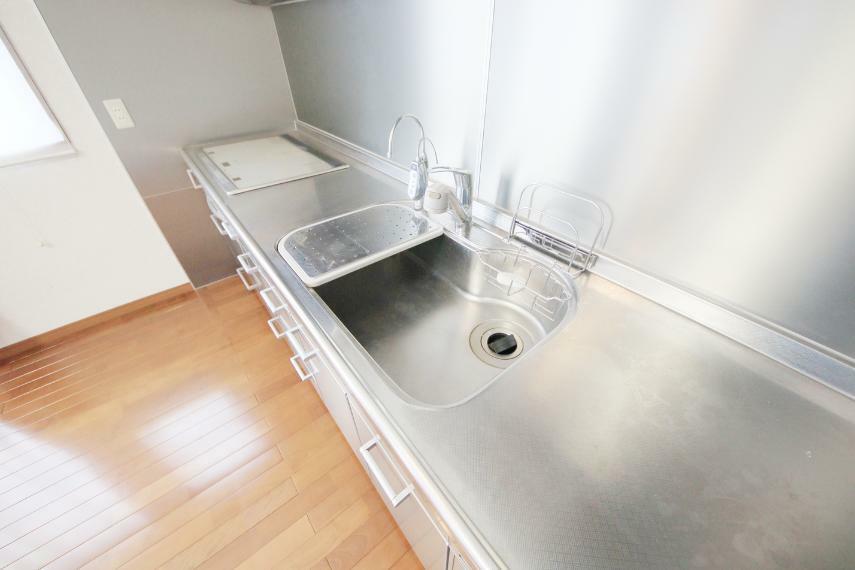 広いキッチンシンクは隅々まで掃除しやすく清潔に保てます!浄水器付きです!!
