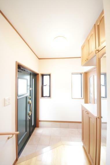 玄関 採光を考え抜いて造られた玄関は「行き」も「帰り」も優しく家族を送り出し出迎えます。
