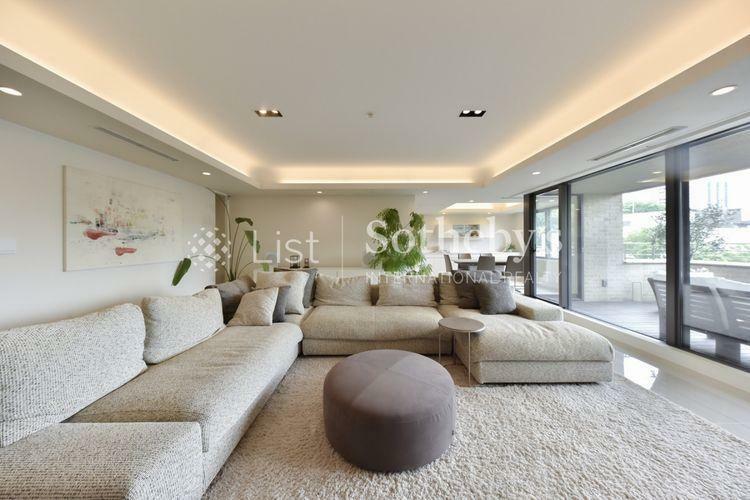 居間・リビング Living 採光面が大きく開放的な印象を与える80帖超のLDK