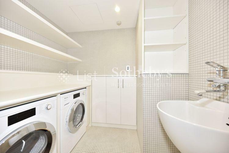 Utility アイロンなどの家事もできるカウンター付きの洗濯室