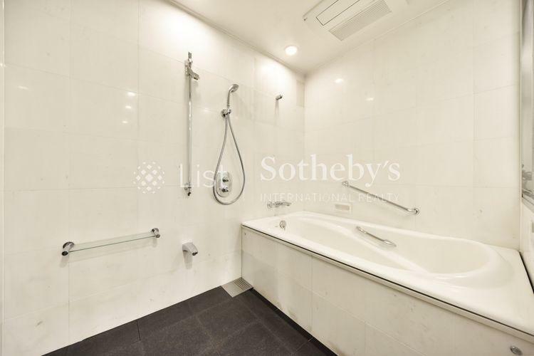 浴室 Bathroom 2か所にある浴室は家族間でもプライバシーに配慮、快適なバスタイムをお過ごしいただけます