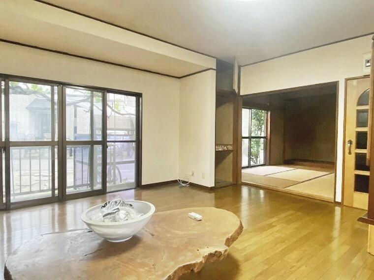 居間・リビング どこな懐かしい、落ち着く雰囲気のする邸宅です