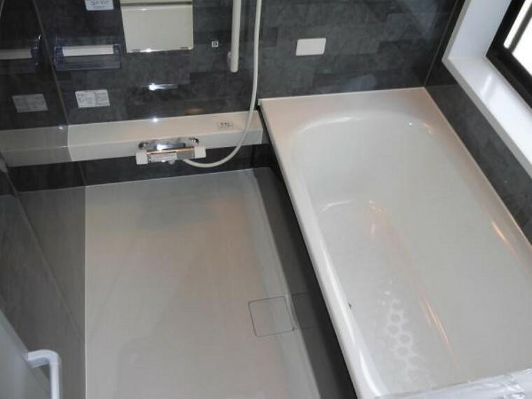 浴室 浴室はハウステック製の新品のユニットバスに交換しました。足を伸ばせる1坪サイズの広々とした浴槽で、1日の疲れをゆっくり癒すことができますよ