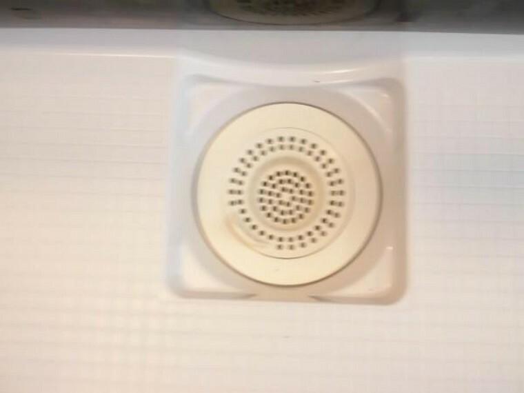 浴室 新品交換したユニットバスの排水口は、流れる水の力だけで髪の毛をキレイにまとめてくれ、簡単に捨てられるのでお掃除がラクにできます。