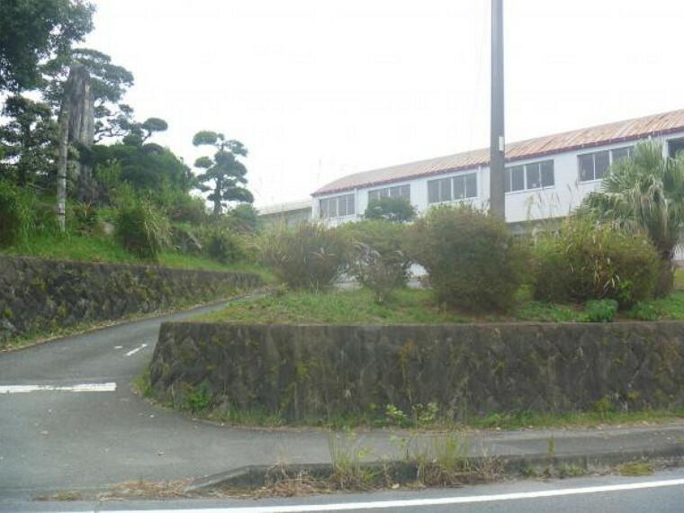 小学校 岩田小学校まで1600m。休み時間の校庭には、元気に遊ぶ子供たちの笑顔であふれています。