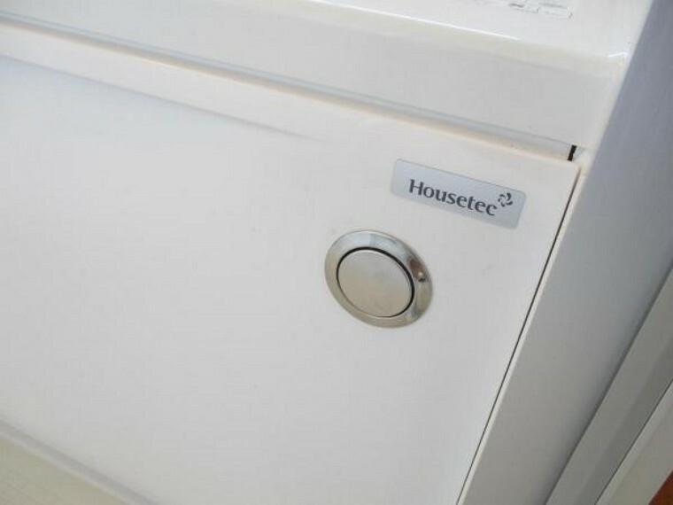 浴室 [リフォーム済]浴室の排水栓はポップアップ式です。ワンタッチで浴槽のお水を排水できます。チェーンが付いてないので、お掃除もラクになりますね。