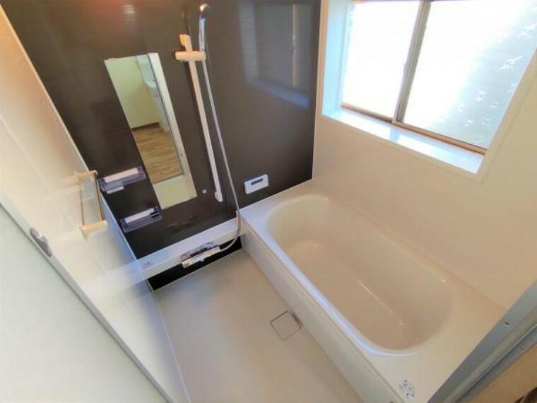 浴室 [リフォーム済]浴室はハウステック製の新品のユニットバスに交換しました。足を伸ばせる1坪サイズの広々とした浴槽で、1日の疲れをゆっくり癒すことができますよ。