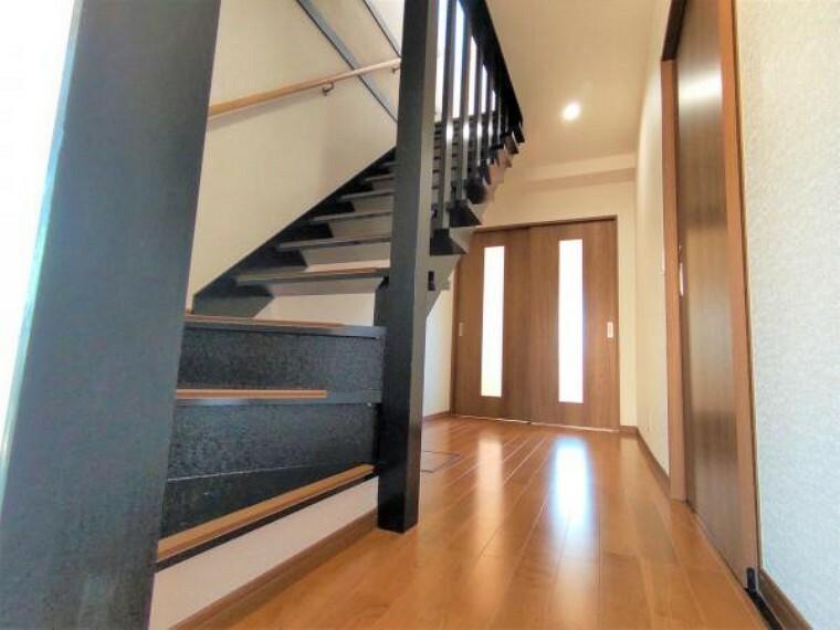 [リフォーム済]階段を黒色に塗装しています。階段がかっこいいと、階段を上がるのも気持ち楽になりそうですね。