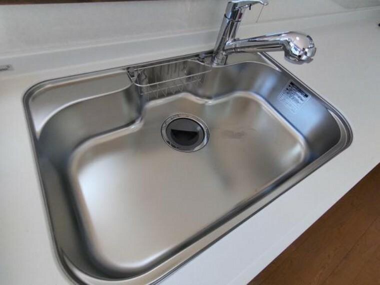 キッチン [リフォーム済]新品交換したキッチンのシンクは汚れが付きにくく熱に強い人工大理石製です。天板とシンクの境目に継ぎ目がないのでお掃除ラクラク。キッチンをより清潔に保てます。