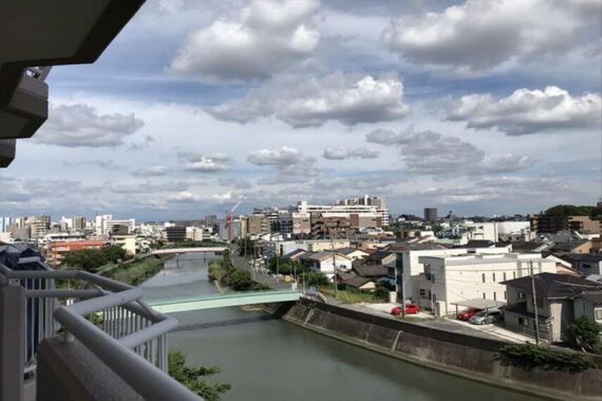 眺望 バルコニーからの景色。ほぼ真南向きのため、日当たり良好です。前面に高い建物もないため、開放感のあるお住まいとなっております。