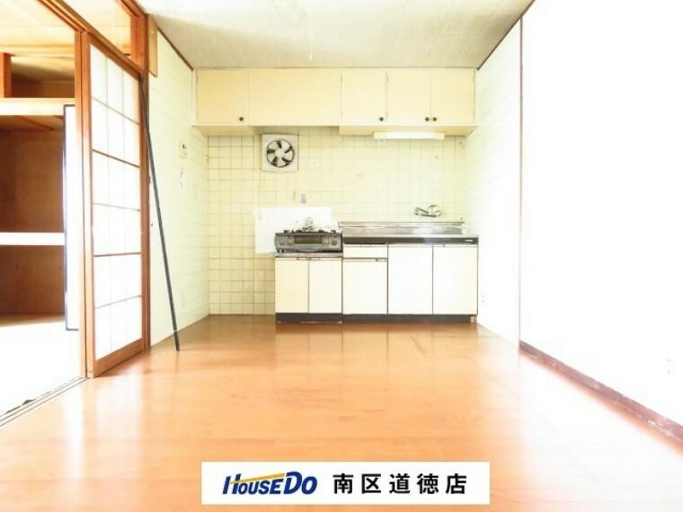 居間・リビング お掃除のしやすいフローリングのリビングは、お部屋の中心に配置されています。家族だんらんの時間も増えそうですね。 (2021年7月13日撮影)