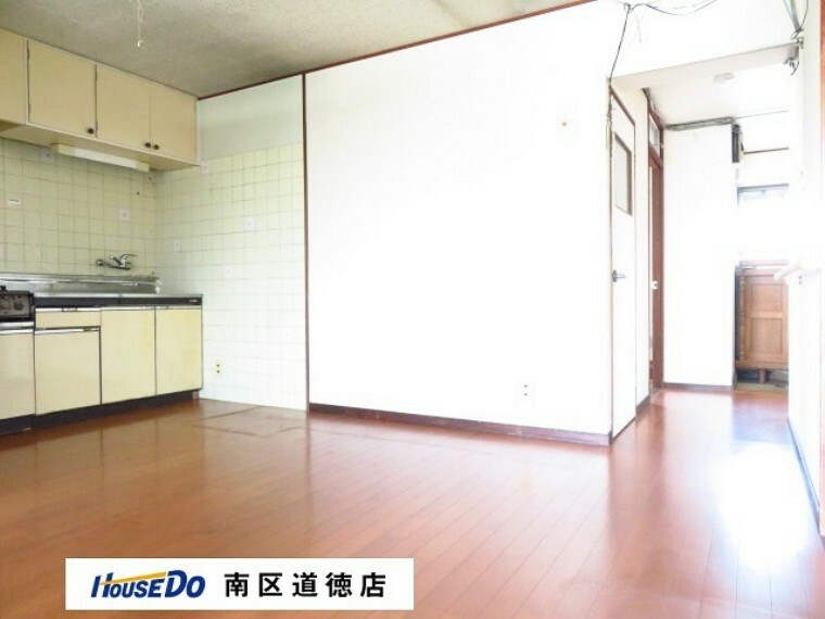 居間・リビング リビングの横に洗面所があります。玄関のある北面にも小窓が付いていますので、風通しも良くなります。 (2021年7月13日撮影)