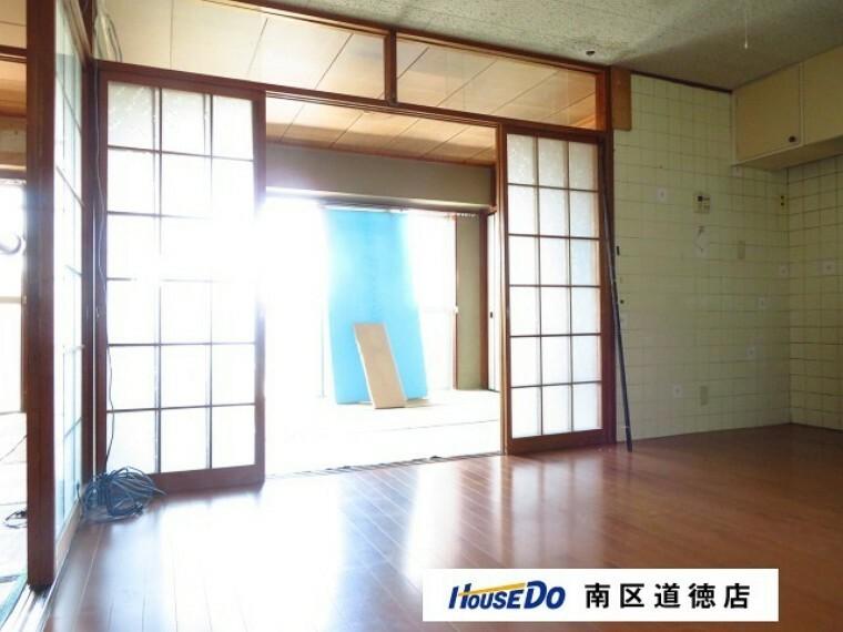 居間・リビング 隣り合う和室を開放すれば、ひときわ広々とした空間になります。 (2021年7月13日撮影)
