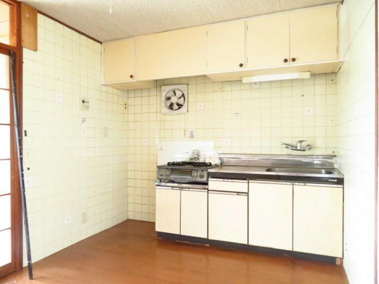 キッチン 収納スペースがしっかりあります。キッチン上部の棚に普段使わない食器や食品のストックの場所として活躍しそうですね。 (2021年7月13日撮影)