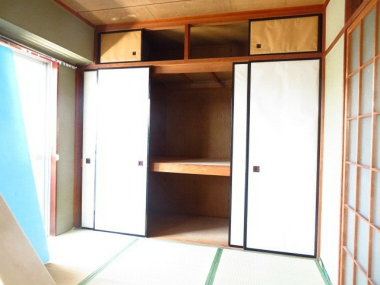 収納 リビング横6帖和室:押入れタイプの収納は布団や座布団、季節ものの保管に優れています。 (2021年7月13日撮影)