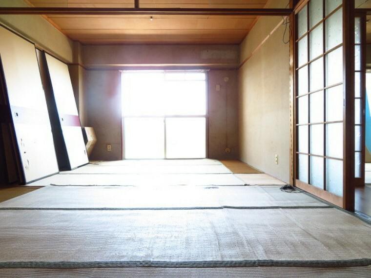 和室 6帖和室:仕切りを開放した、2部屋の繋がりのある和室です。お子様の遊び場やお昼寝、来客用の寝室にと多様な用途で使えます。 (2021年7月13日撮影)