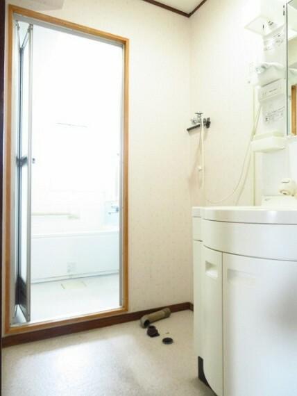 洗面化粧台 毎日お使いになる洗面所は、明るく清潔感のあるスペースです。洗面台の横に、洗濯機を置くスペースがあります。 (2021年7月13日撮影)