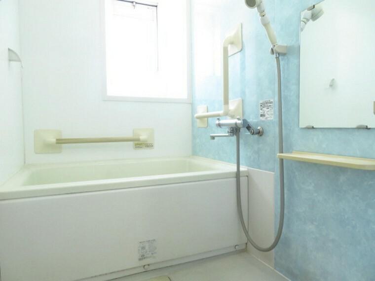 浴室 ブルーの壁色で、爽やかな印象の浴室 西面に窓が付いていますので、明るく換気することも出来ます。 (2021年7月13日撮影)