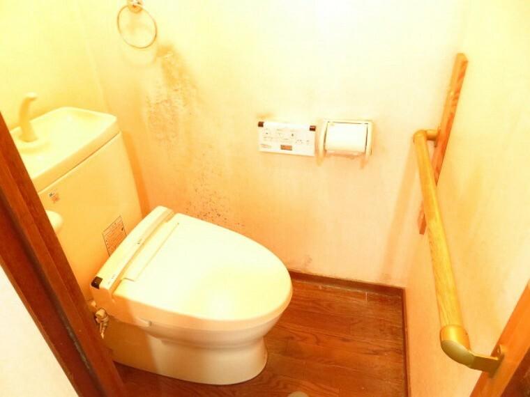 トイレ ウォシュレット機能付きトイレです。手すりが付いていますので、腰の上げ下ろしをサポートできますね。 (2021年7月13日撮影)