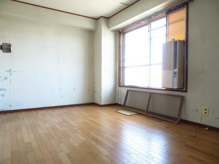 洋室 6帖洋室:玄関横の洋室です。大き目の窓から光が入り、明るいお部屋になっています。フローリングのお部屋なので、ベッドを置くこともできます。 (2021年7月13日撮影)