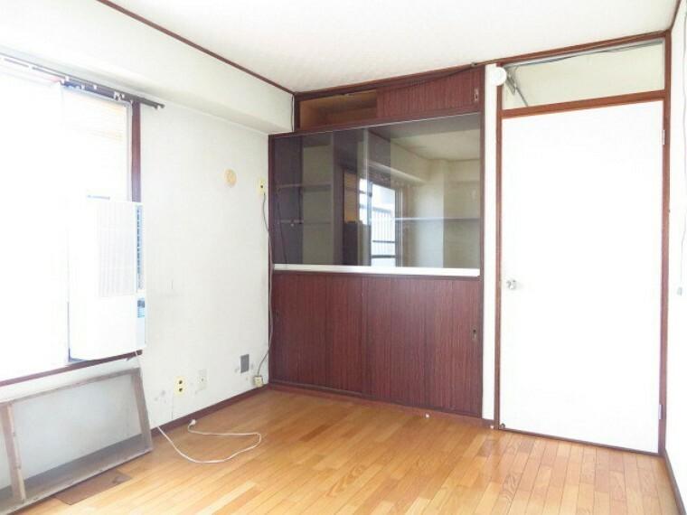収納 6帖洋室:収納棚が備え付けられています。小物など飾ることもできますね。 (2021年7月13日撮影)