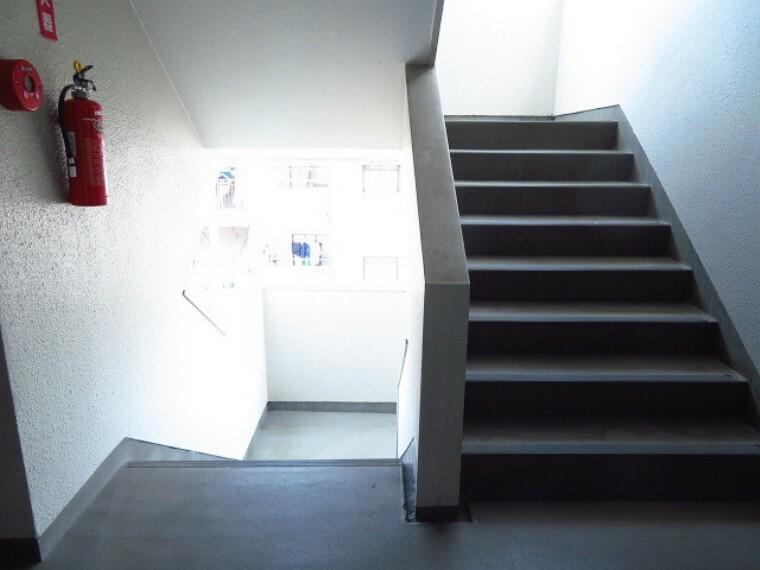 エレベータの正面に階段があります。消火器も設置されています。