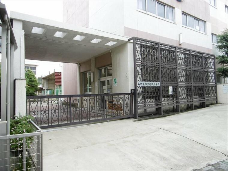 小学校 【名古屋市立呼続小学校】 【校訓】 明るく・強く・正しく 【教育目標】 笑顔で力いっぱい活動する呼続っこの育成 信頼される学校を目指しています。