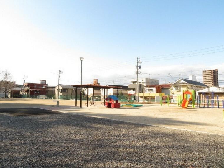 公園 【呼続公園】 静かで安心して遊べ、四季の変化を楽しむ事が出来る公園です。 公園内には曽池があり、6~8月にかけて睡蓮が一面を覆います。児童公園、野球場(有料)もあります。