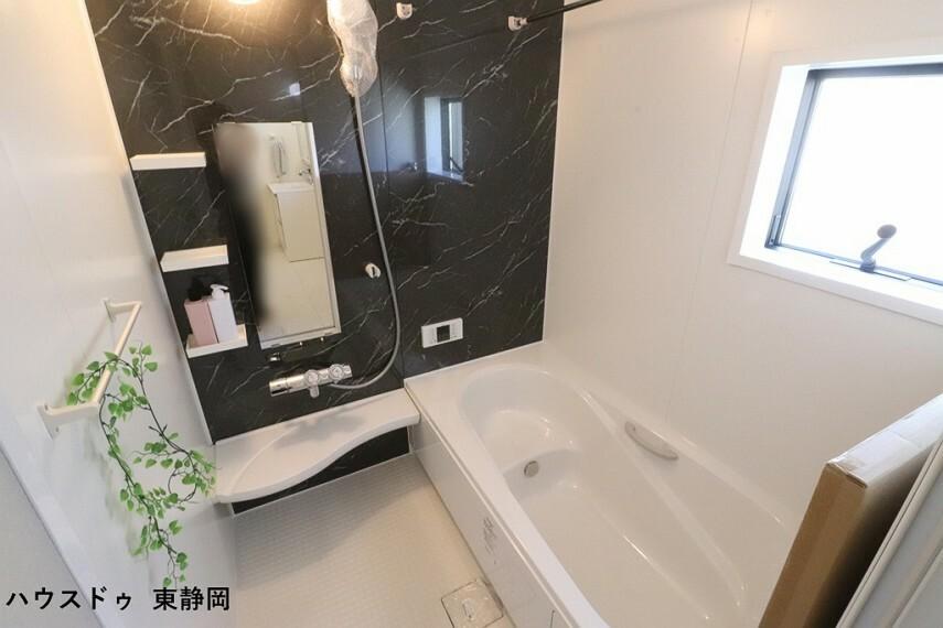 浴室 ベンチタイプの浴槽は、湯量を少なめに出来るので水道や光熱費の節約が出来てエコですね