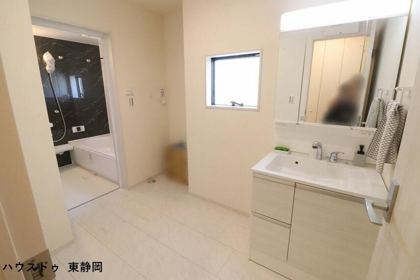 洗面化粧台 ゆとりのある洗面所は、混みあう時間でも家事がしやすいですね