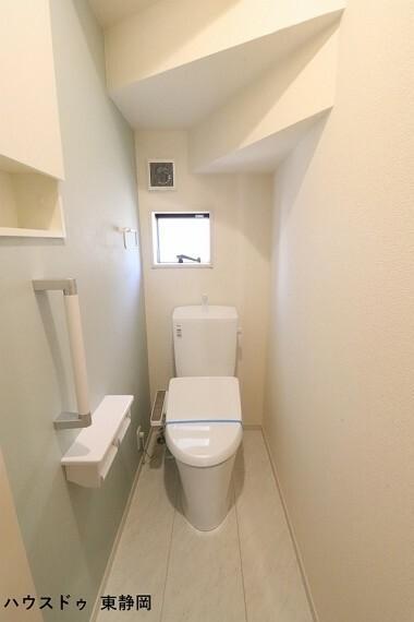トイレ 大人も子どもも快適な自動温洗浄便座機能付きです。窓もあっていつも清潔に保てます。