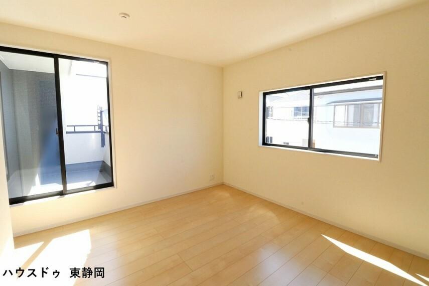 寝室 8帖洋室。バルコニーからの陽光や風を感じられる洋室。