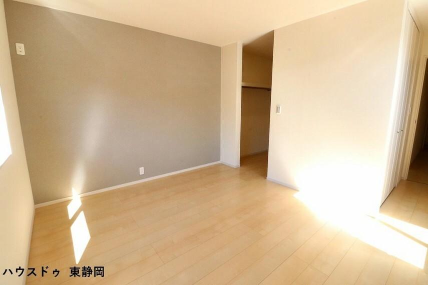 寝室 8帖洋室。グレーのアクセントクロスで落ち着いた雰囲気の洋室。家具を置いてもゆったりスペースがあります
