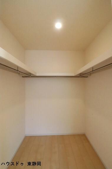 ウォークインクローゼット 8帖洋室のウォークインクローゼット。季節物の衣類もスッキリ収納できます。