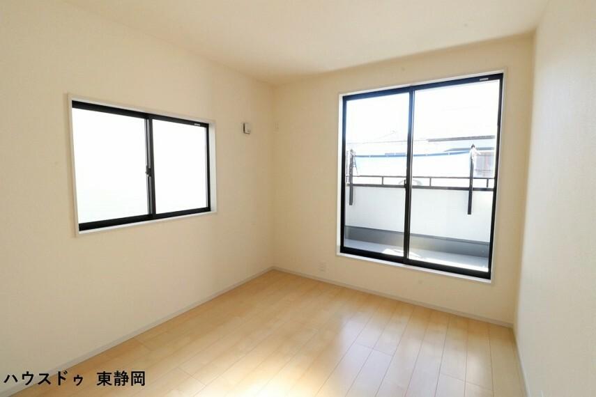 洋室 間取り図右側5.25帖洋室。バルコニーに面した大きな窓があるため、室内に明るい光が差し込みます。