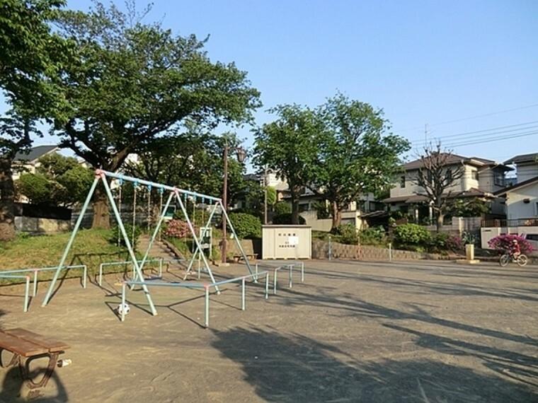 公園 渡戸東公園 滑り台、ブランコ、砂場、鉄棒があります。