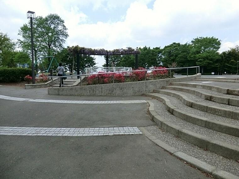 公園 川上公園 公園は広い広場とその横にパークゴルフ場があります。 複合遊具やブランコ、自由に使えるお砂場セットが置かれた砂場があります