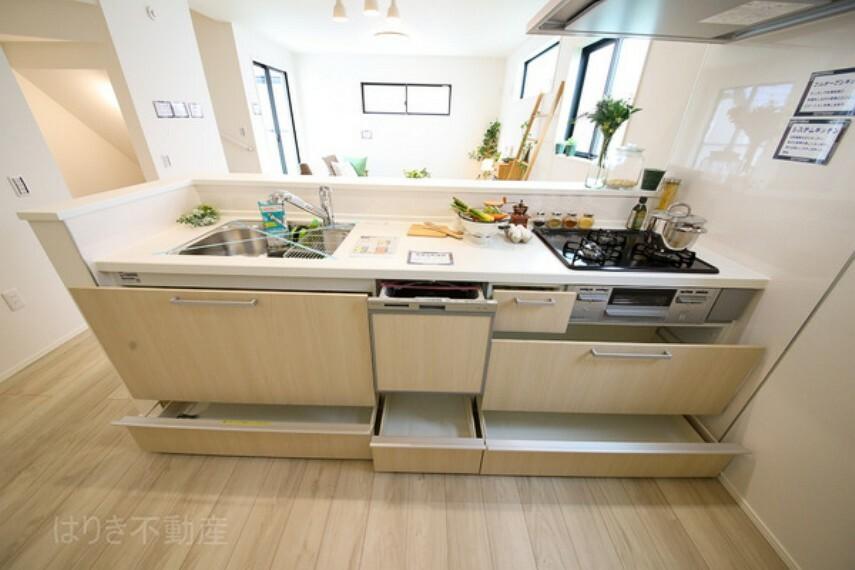 キッチン 使い勝手のよい空間と設備で、理想の暮らしを演出します。シンプルな使いやすさだけでなくたっぷりの収納力も実現しています。