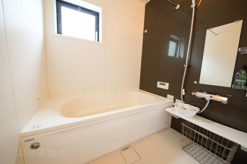 浴室 外での一日を忘れさせてくれる皆様大好きお風呂です。広々湯船にゆっくりと浸かり疲れを癒せば、今日もまた、本当の自分が戻ってきます。