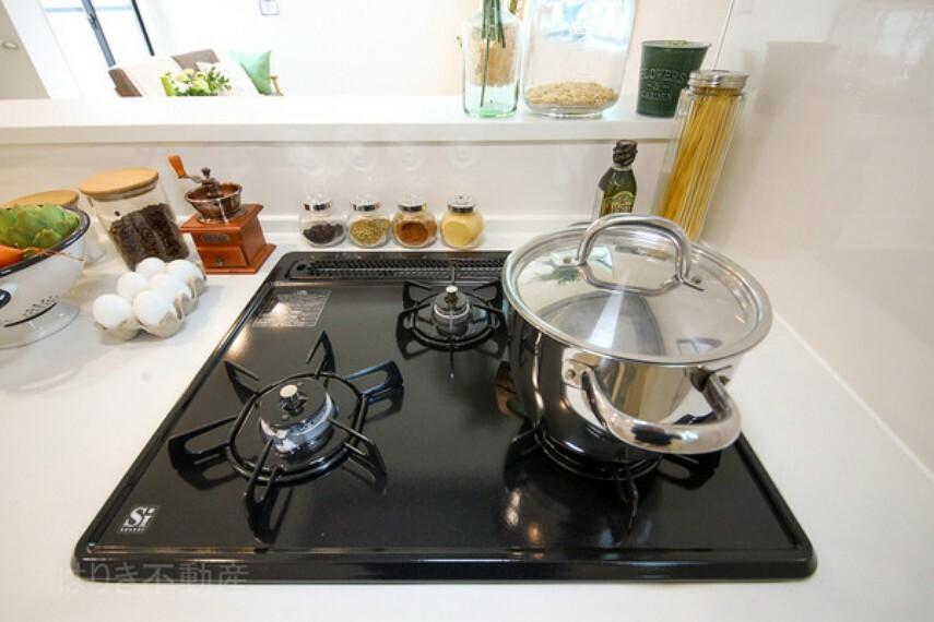 キッチン 調理には欠かせないキッチンの主役、3口ガスコンロ。朝のお弁当作りや温めなおしなど、3口あると大変便利です。