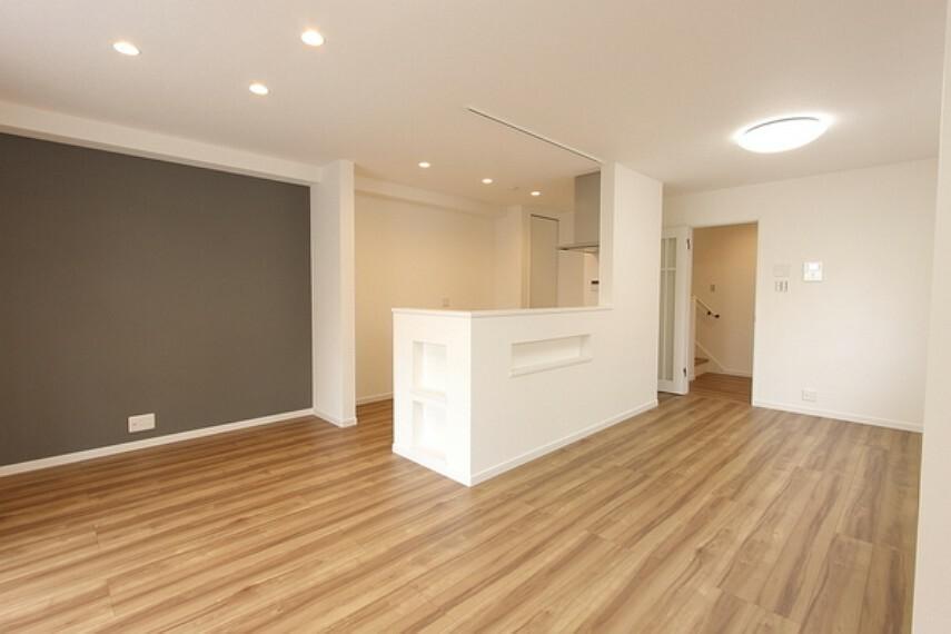 居間・リビング ナチュラルな木目が心地よいフローリング 開放感あるキッチンがポイントの広々18.6帖のLDK