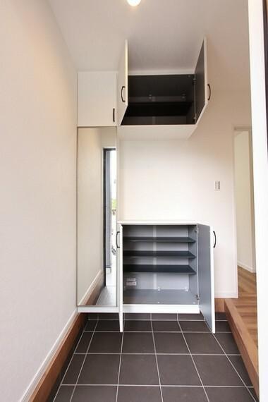 玄関 大容量のシューズボックス 便利な姿見付き