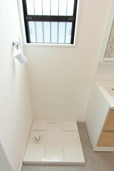洗面化粧台 740×640の洗濯機パンでドラム式洗濯機も置くことができます