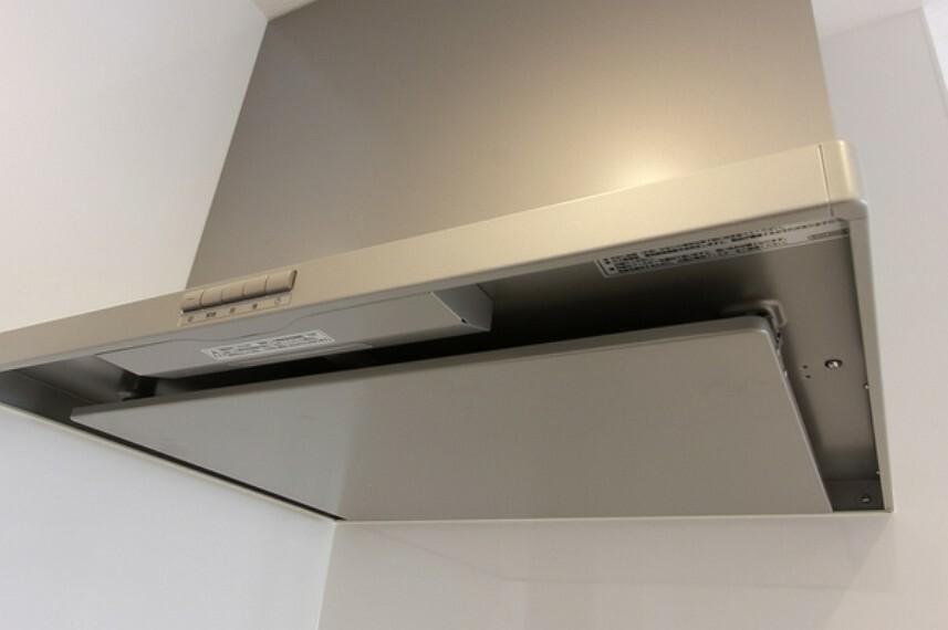 キッチン 圧迫感のない、すっきりとしたフォルムでおそうじもしやすいです 常時換気・LED照明付きのスマートフード