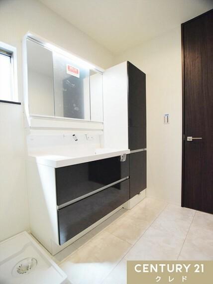 洗面化粧台 スタイリッシュでスペースを広く取った洗面所!下段には十分な収納スペースがあるので、洗面台がスッキリします!お問合せはセンチュリー21クレド川越店まで!