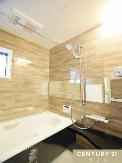 浴室 足を伸ばしてゆったりくつろげる1坪タイプの浴室です!追い焚き機能付きなので、帰宅時間がバラバラな御家族も皆様が温かなお湯につかってリラックスしていただけます!