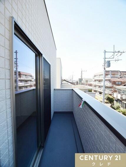 眺望 3階バルコニー。視界を遮る高さの建物がなく開放的な印象を与えてくれます!家事やお仕事、お勉強の合間に気分転換ができる素敵なスペースです!
