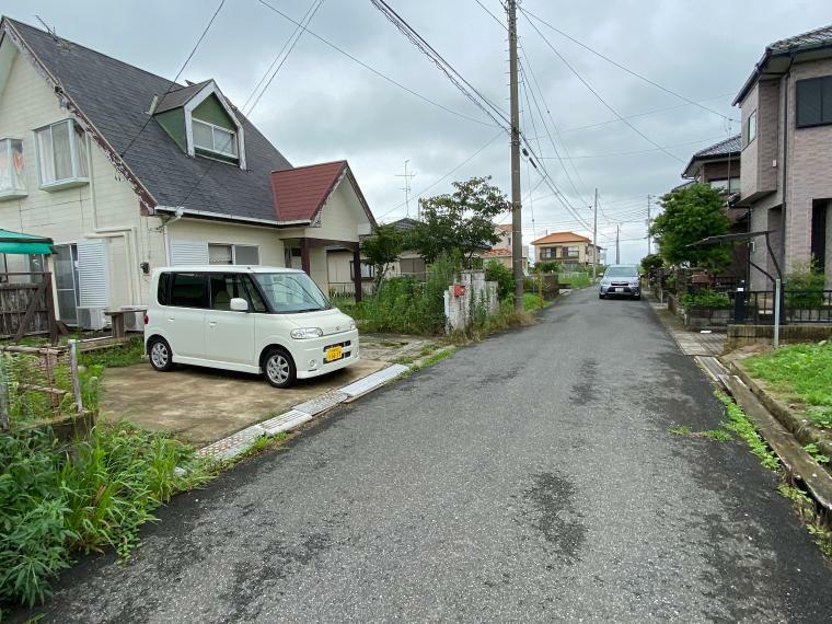 外観写真 東南側接道道路と周囲の街並み